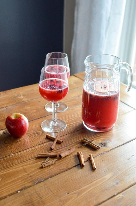 Apfelsaft und Apfel auf dem Tisch